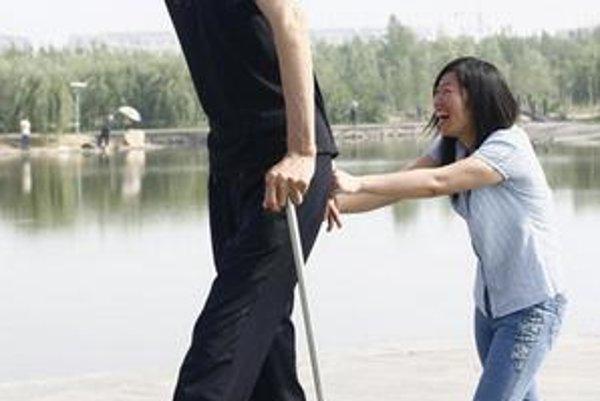 Najvyšší muž na svete. Číňan Bao Xishun meria 236 cm.