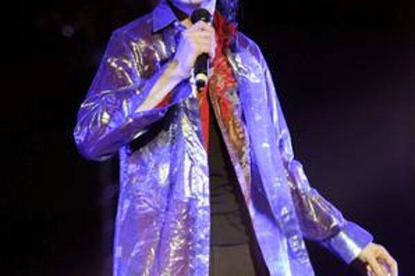 Michael Jackson. Speváka postupne zabíjali silné lieky na utlmenie bolesti.