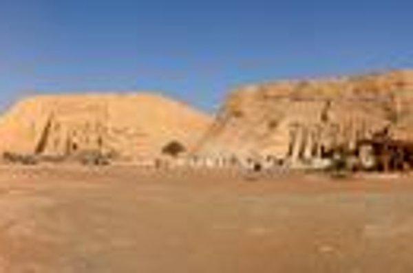 Panoráma oboch chrámov. Za chrámami sú navŕšené umelé kopce