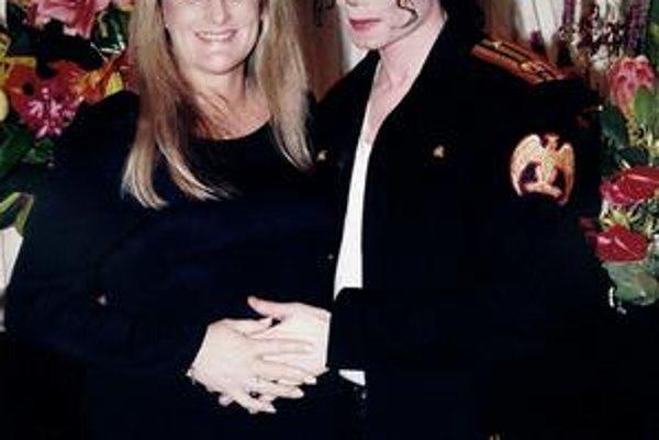 Debbie Rowe s Jackom. Biologická matka sa ešte nerozhodla, či zabojuje o svoje deti.