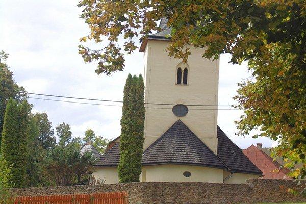 Kostolík vChrasti nad Hornádom obklopuje typický múr.