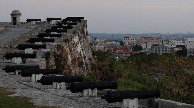 Historické kanóny, ktoré Havanu kedysi chránili pred pirátmi.