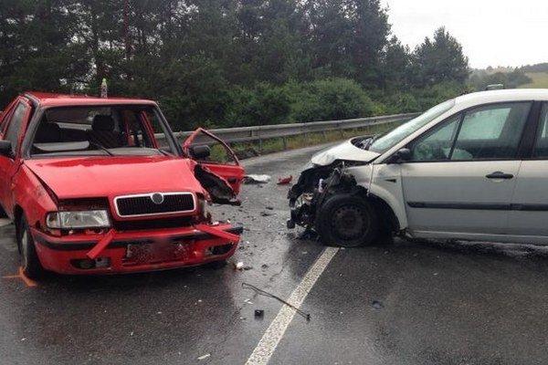 Po zrážke. Náraz na mokrej ceste mal za následok šesť zranených.
