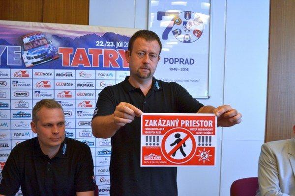 Stanislav Hanzeli. Riaditeľ pretekov upozorňuje na dodržiavanie bezpečnosti.