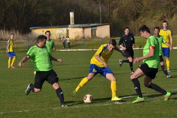 Strelec. Proti Veľkému Horešu sa Filip Kovács (v strede) presadil jedným gólom.