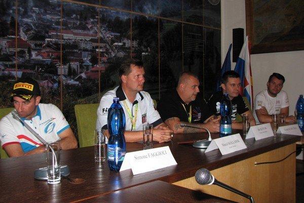 Tlačová konferencia. Riaditeľ M. Kollárik vstrede, vľavo S. Faggioli, vpravo primátor mesta Dobšiná J. Slovák.