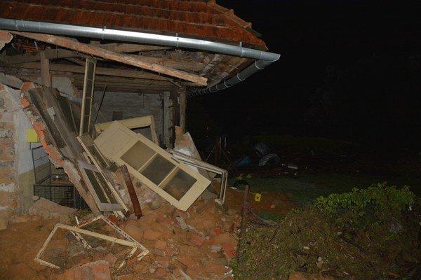 Zničený dom v Mokrej Lúke.