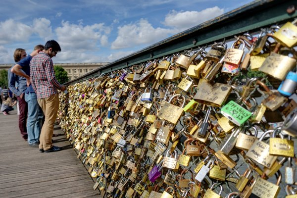 Zámky lásky na moste Pont des Arts v Paríži.