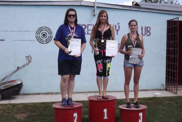 Najúspešnejšie ženy zľava celkovo druhá Barbora Čudaiová, víťazka Tünde Bogárova atretia Edita Kováčová.