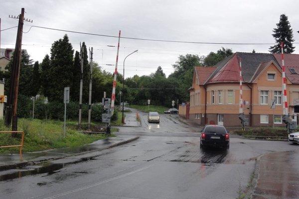 Priechod pre chodcov je asi šesť metrov pred železničným priecestím vsmere od centra mesta, pred križovatkou ďalší.
