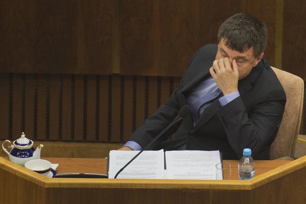 Niektoré rozhodnutia z minulosti v pôžičkových fondoch pre študentov môžu ministra školstva Petra Plavčana dostihnúť aj dnes.