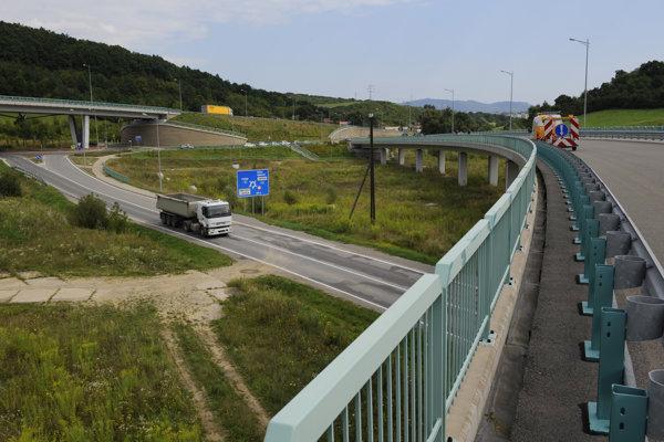 Most, ktorým sa schádza do Prešova, je ukončený semaforom, ktorý má byť do jedného roka odstránený.