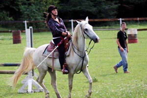 Účastníci letného tábora vo Vyšehradnom jazdia pravidelne na koňoch.