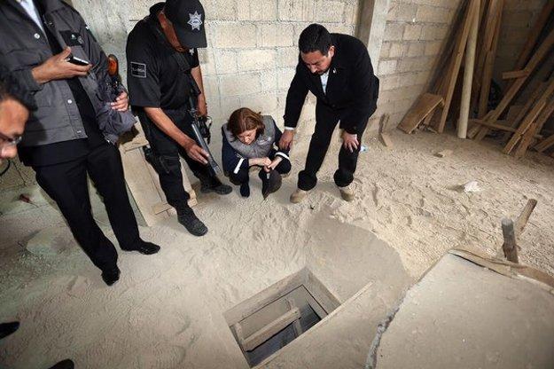 Vyšetrovatelia skúmajú východ, ktorý Guzmán použil pri úteku.