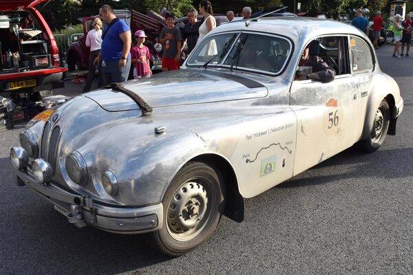 Bristol 403 z roku 1954. Tento klasický Bristol sa zúčastnil na rely Peking – Paríž, ktorej trasa viedla aj cez východné Slovensko a etapovým mestom boli Košice.