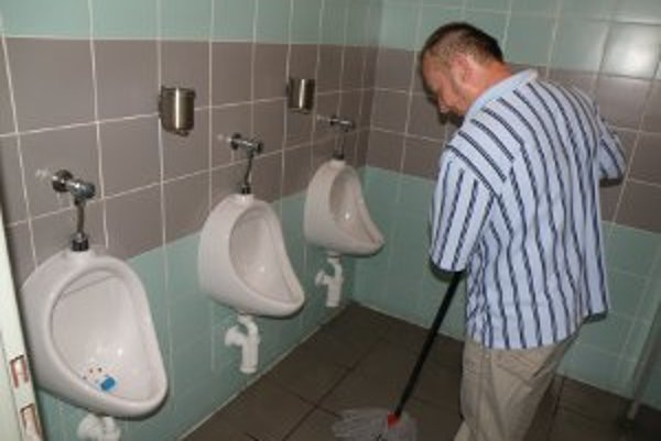 O čistotu na toaletách v centre Prievidze sa stará Dušan Mitko.