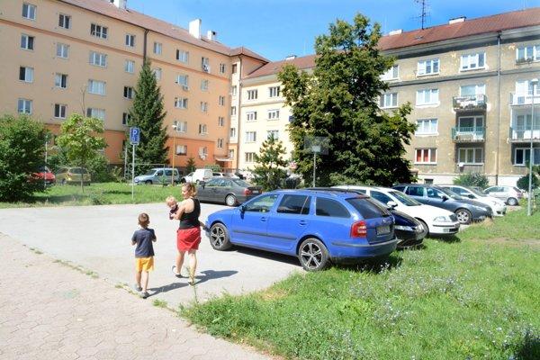 Rodinka na vychádzke. Ľudia s deťmi aj napriek problémom s parkovaním nechcú, aby túto plochu zabrali autá.