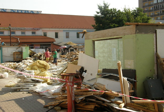 Po stánkoch odstránia aj prízemné staré budovy.