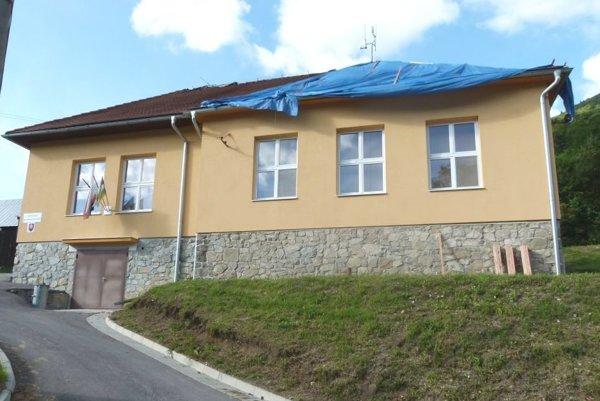 Na budove Obecného úradu vSklabinskom Podzámku vymenili strechu.