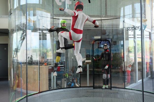Simulátor voľného pádu sa používa na tréning i na zábavu.