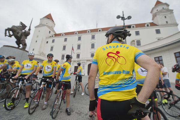 Pútnici vyštartovali z Bratislavského hradu a vydali sa na tradičnú cyklopúť.