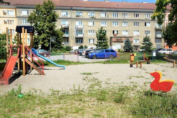 Detské ihrisko so športoviskom. Parkovacia firma dostala za úlohu od mesta tento priestor zrekultivovať.