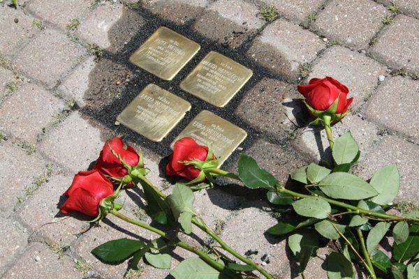 Pamätné kamene pripomínajú obete holokaustu z Prievidze.