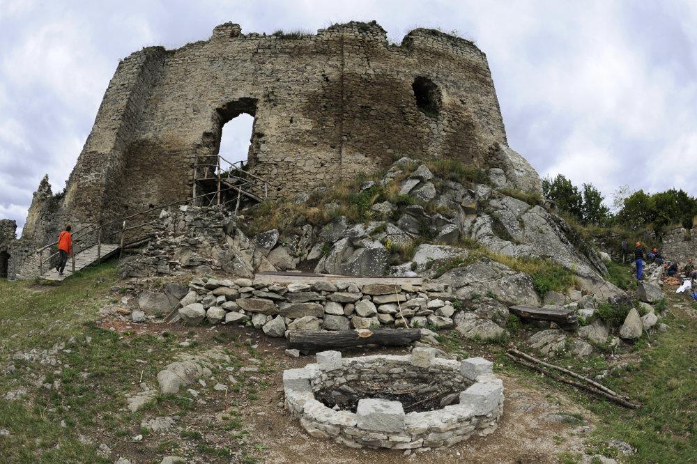 Ohnisko na hrade pre turistov.