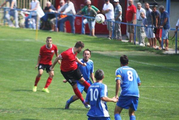 ČFK Nitra bol v ouvertúre IV. ligy Kolárovu rovnocenným súperom, na snímke hlavičkuje Bisák.