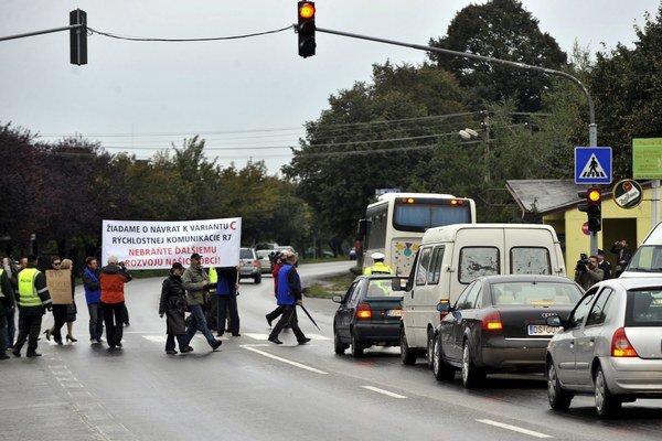 Za riešenie katastrofálnej dopravy obyvatelia Dunajskej Lužnej protestovali už pred šiestimi rokmi.
