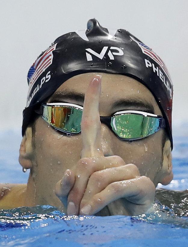 Na víťazné gestá amerického plavca sme si už zvykli. Užíva si ich stále naplno.