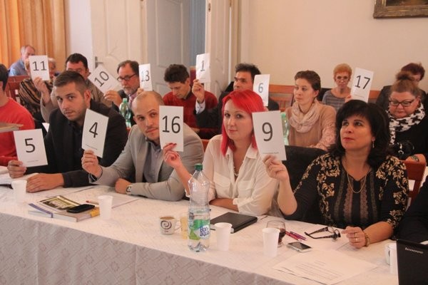 Poslanci sú pod tlakom, podľa občana by sa niektorí mali vzdať mandátu za svoj prístup k rokovaniu zastupiteľstva.