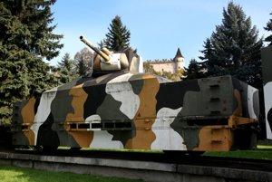 Replika pancierového vlaku stojí v Parku Štefana Višňovského pod Zvolenským zámkom.