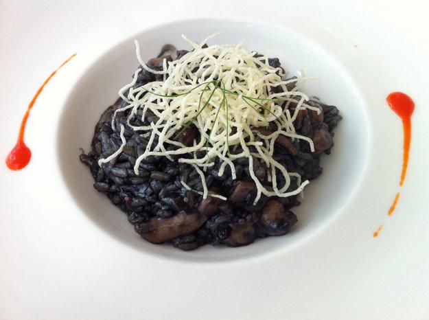 Tradičný Crni rizot spoznáte podľa typickej farby.