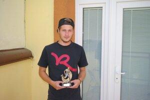 Víťaz Jakub Chriašteľ si prevzal trofej v našej redakcii