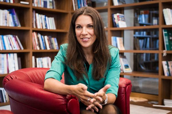 Poslankyňa Katarína Cséfalvayová je podpredsedníčkou Siete. Zároveň pôsobí ako prodekanka Fakulty medzinárodných vzťahov Ekonomickej univerzite v Braislave.