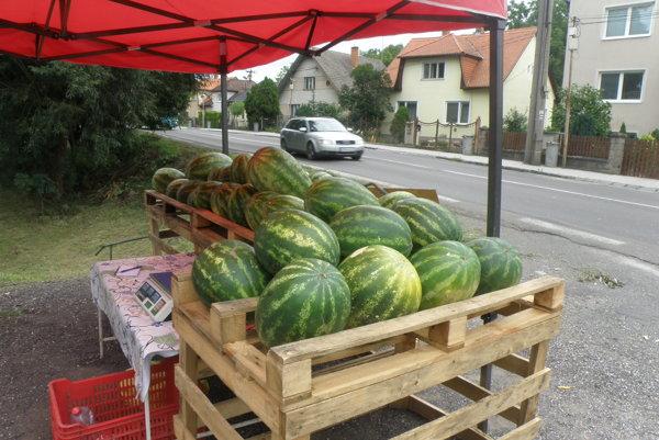 V Nedožeroch-Brezanoch predávajú melóny na parkovisku pri ceste.