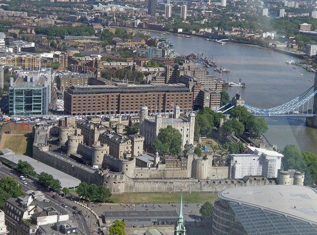 Výhľad na Londýnsky Tower z trojpodlažnej Sky Garden Deck na budove Walkie Talkie.