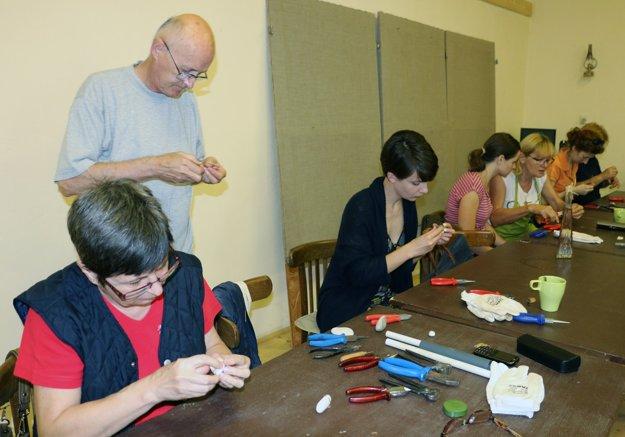 Účastníci sa na tvorivých dielňach učia rôzne drotárske techniky.