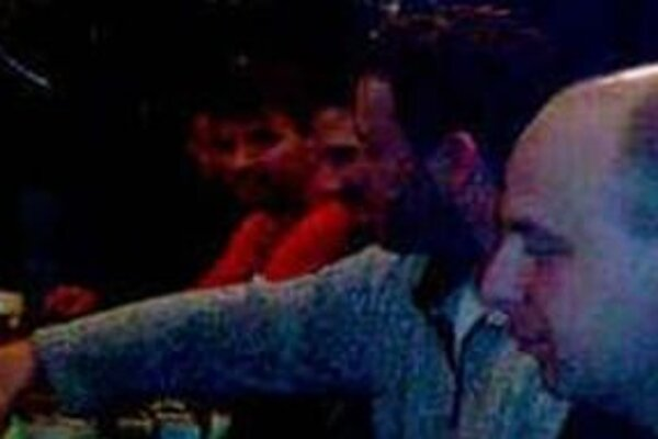 Karol Mello (v červenom) na výreze zo snímky z pražskej krčmy.