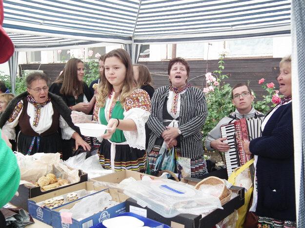 Návštevníci mali možnosť ochutnať tradičné jedlá, ku ktorým ženičky pridali aj veselú pieseň.