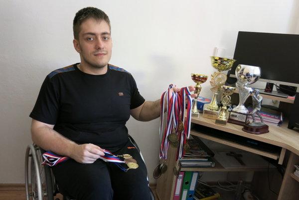 Doma s medailami atrofejami.