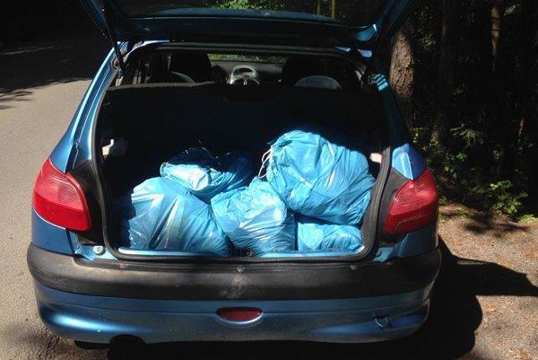 Auto plné vriec s odpadom. Túto fotografiu zverejnila na Facebooku speváčka.
