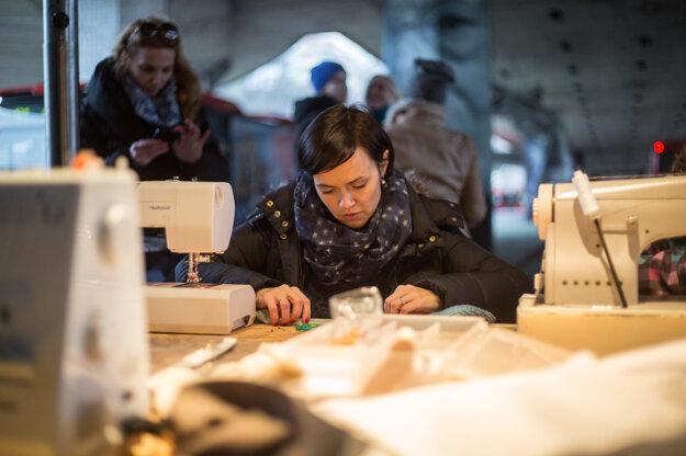 Dobrovoľníčka projektu Domov na Mame počas novembrového podujatia Piatkové popoludnie pod Mostom SNP. Akciu organizoval projekt The MOST, projekt Domov na Mame a občianske združenie Vagus.