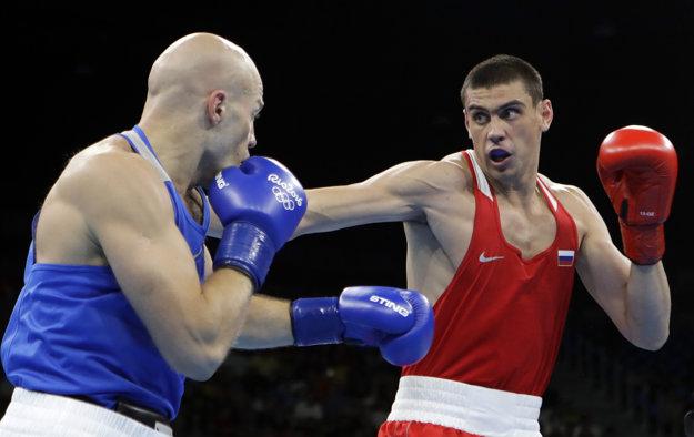 Jevgenij Tiščenko (v červenom) si svoje víťazstvo v hale neužil. Diváci ako aj špecializovaný portál venujúci sa boxu víťazstvo pripísali porazenému súperovi.