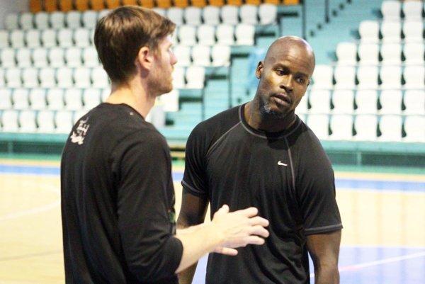 Nový hráč Nitry Quentin Demeritte v rozhovore s trénerom a manažérom tímu Petrom Semanom.