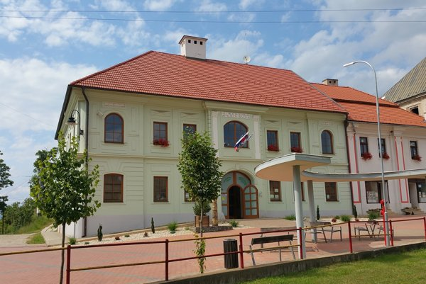 Múzeum sídli v budove niekdajšieho meštianskeho domu na Námestí republiky.