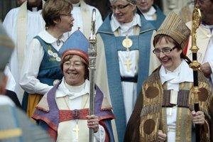 Švédska farárka Eva Brunne (vľavo) sa stala prvou lesbickou biskupkou.