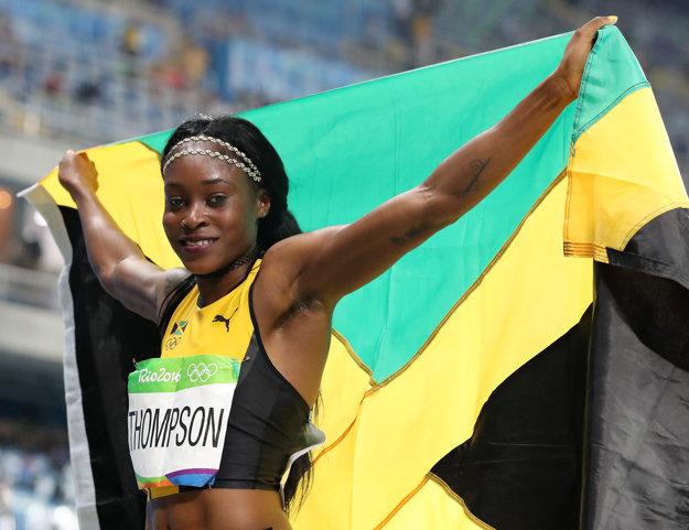 Čerstvo dvojnásobná olympijská víťazka v šprinte pózuje fotografom.