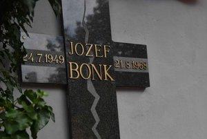 Pamätník a fotografia 19-ročného Jozefa Bonka. Zahynul počas vpádu okupačných vojsk do Československa v roku 1968 v Poprade.